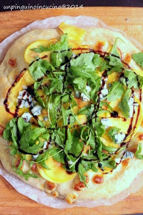Pizza con pesca noce, roquefort e rucola