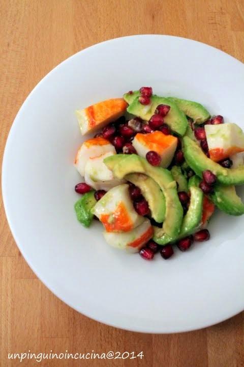 Insalata di surimi, avocado e melagrana