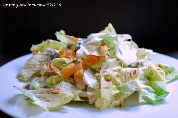 Insalata di radicchio variegato con pere, albicocche secche, roquefort e nocciole