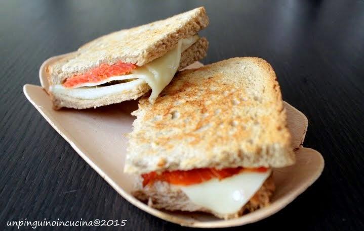 Mini toast salmone affumicato, scamorza e pere