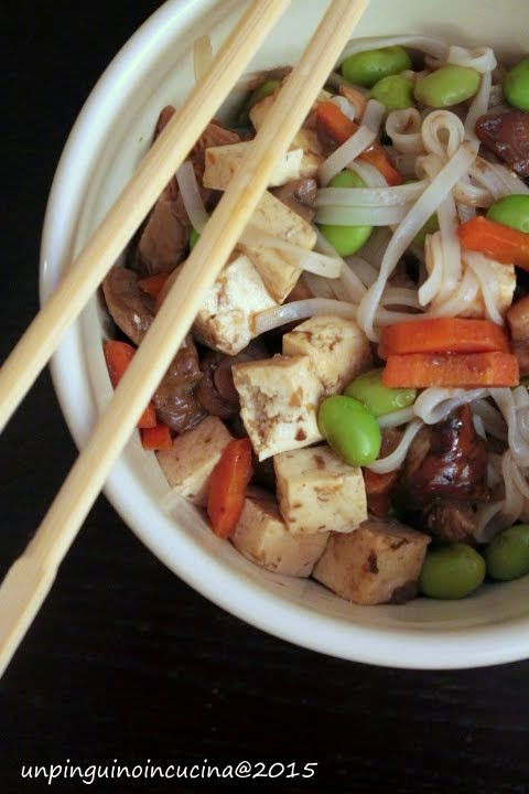 Noodles con tofu, funghi e edamame