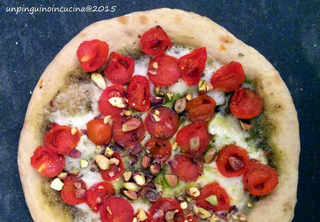Pizza con pesto di pistacchi, scamorza e pomodorini caramellati