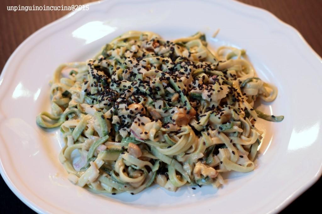 noodles-di-zucchine-con-burro-di-arachidi-e-sesamo