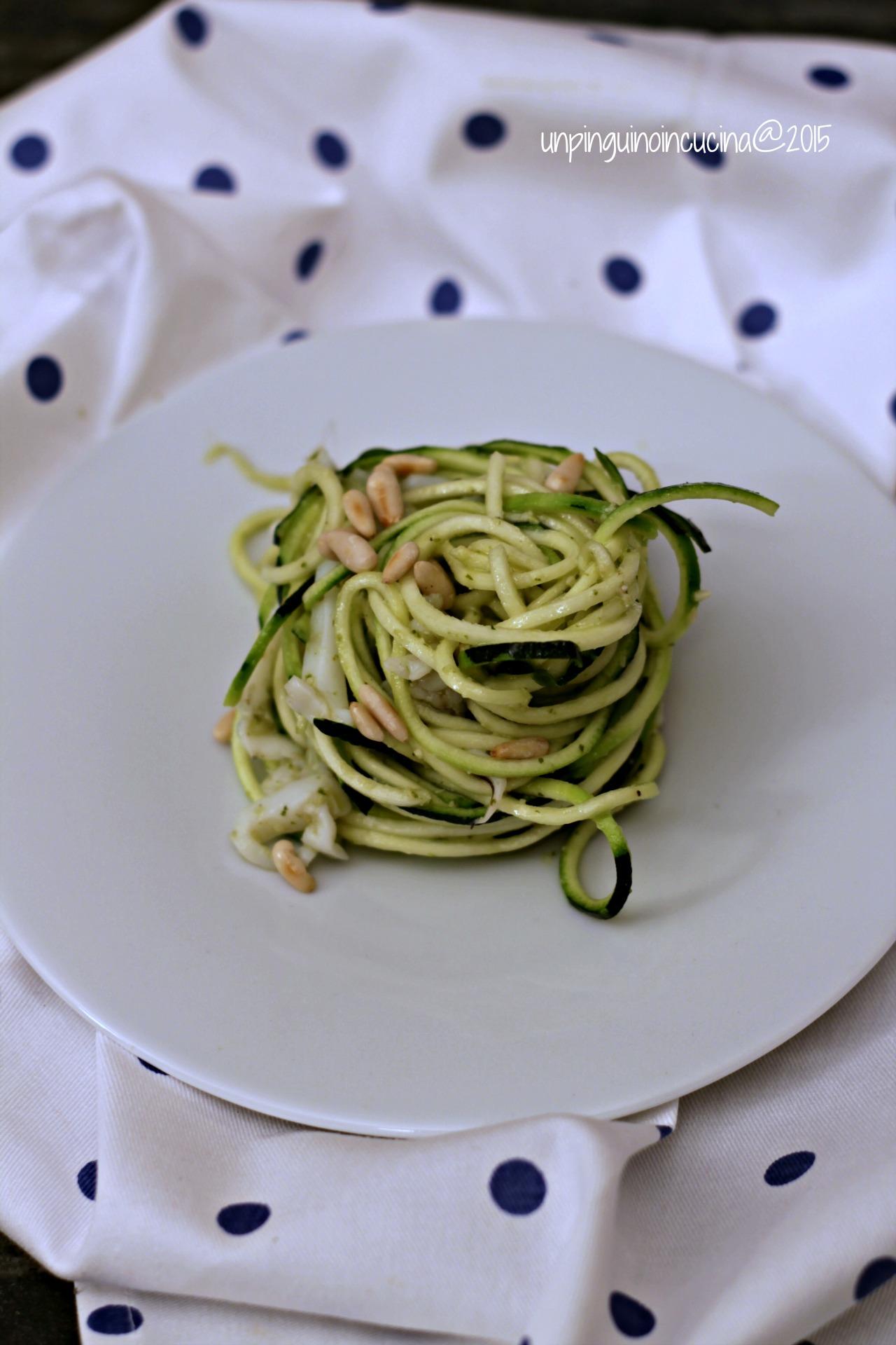 zucchini-noodles-con-seppioline-pesto-e-pinoli