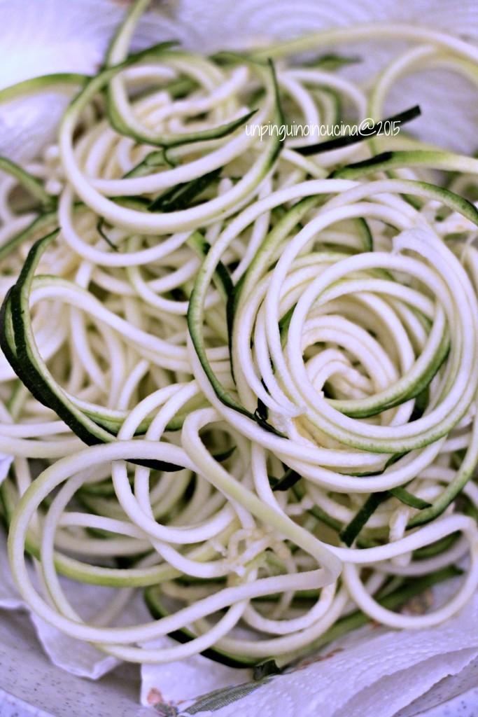 zucchini-noodles-con-seppioline-pesto-e-pinoli_3