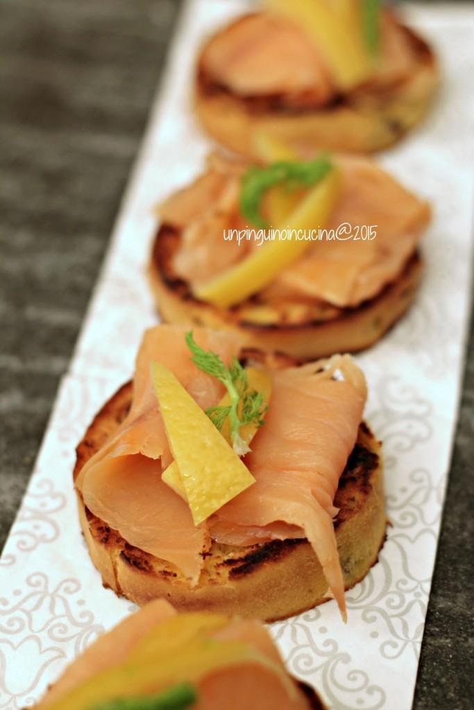 crostini-di-panettone-con-salmone-affumicato-e-limoni-confit