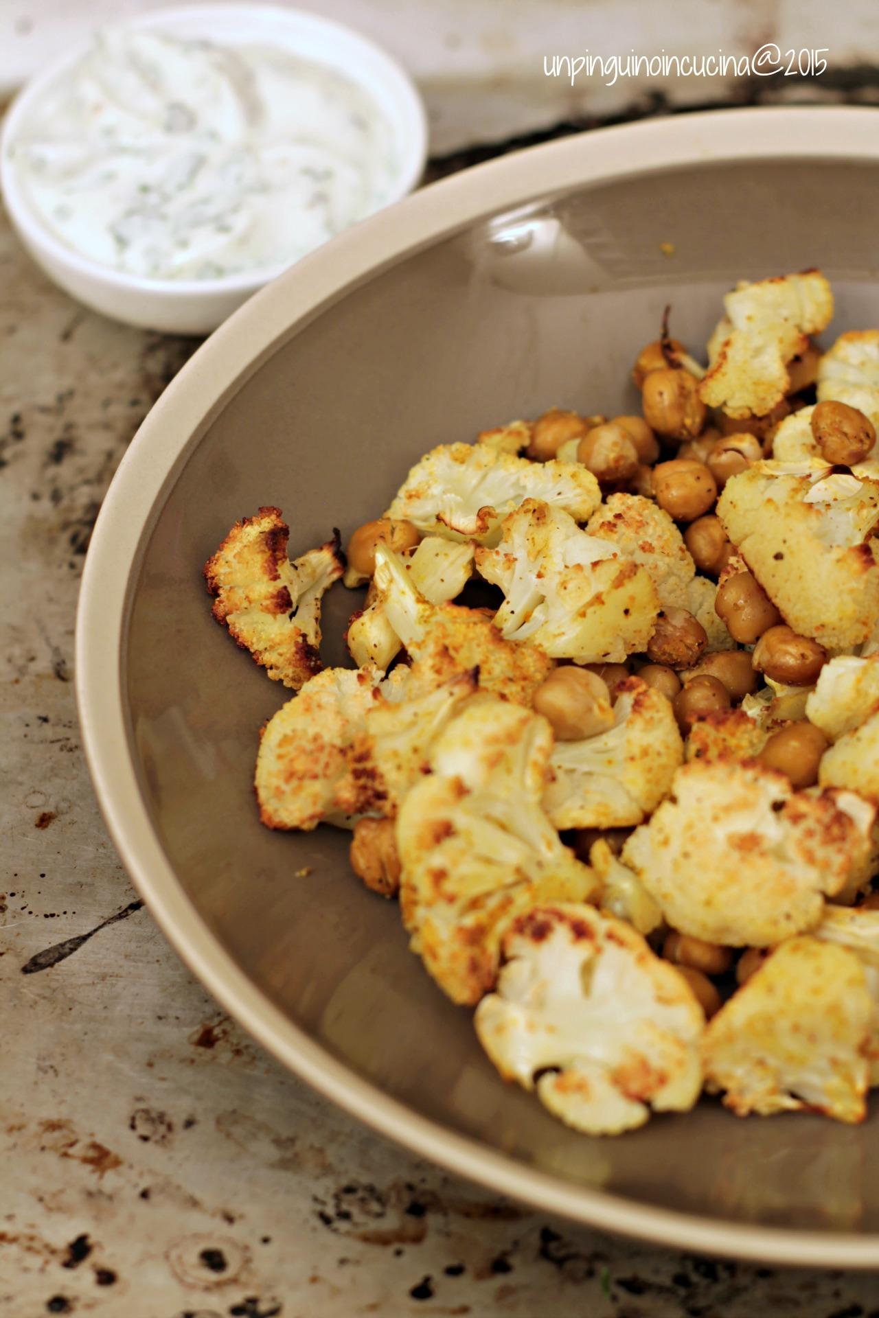 cavolfiore-e-ceci-al-forno-con-salsa-allo-yogurt-e-menta