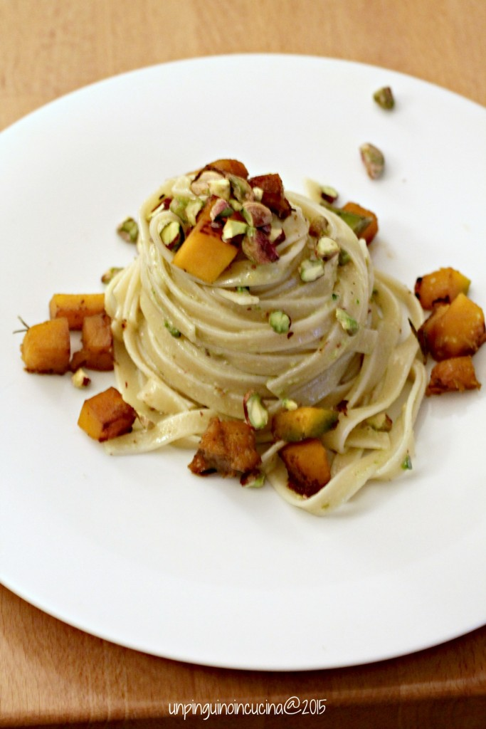 linguine-con-pesto-di-pistacchi-zucca-trifolata-e-granella-di-pistacchi