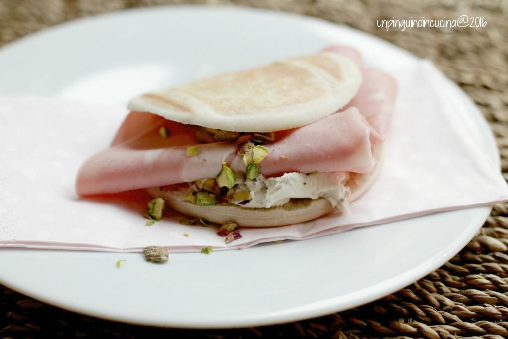 tigelle-robiola-al-tartufo-mortadella-e-pistacchi