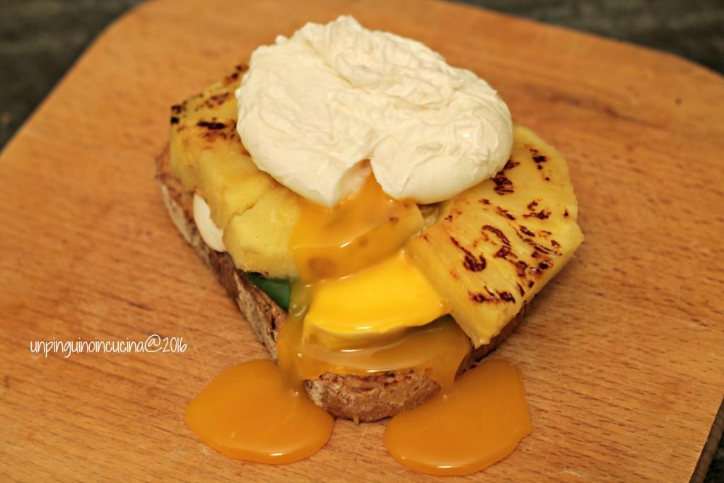 crostone-mozzarella-ananas-e-uovo-pochè