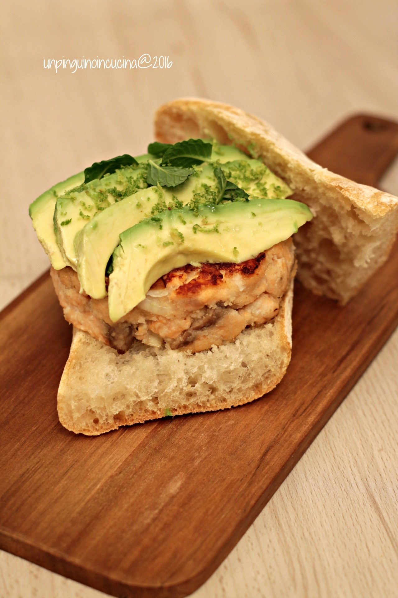 salmon-burger-avocado-menta-e-lime
