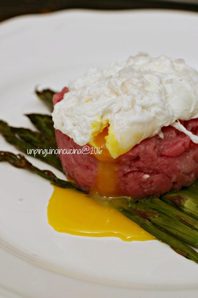 tartare-di-manzo-con-asparagi-e-uovo-pochè