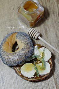 bagel-cipolle-chevre-miele-e-timo