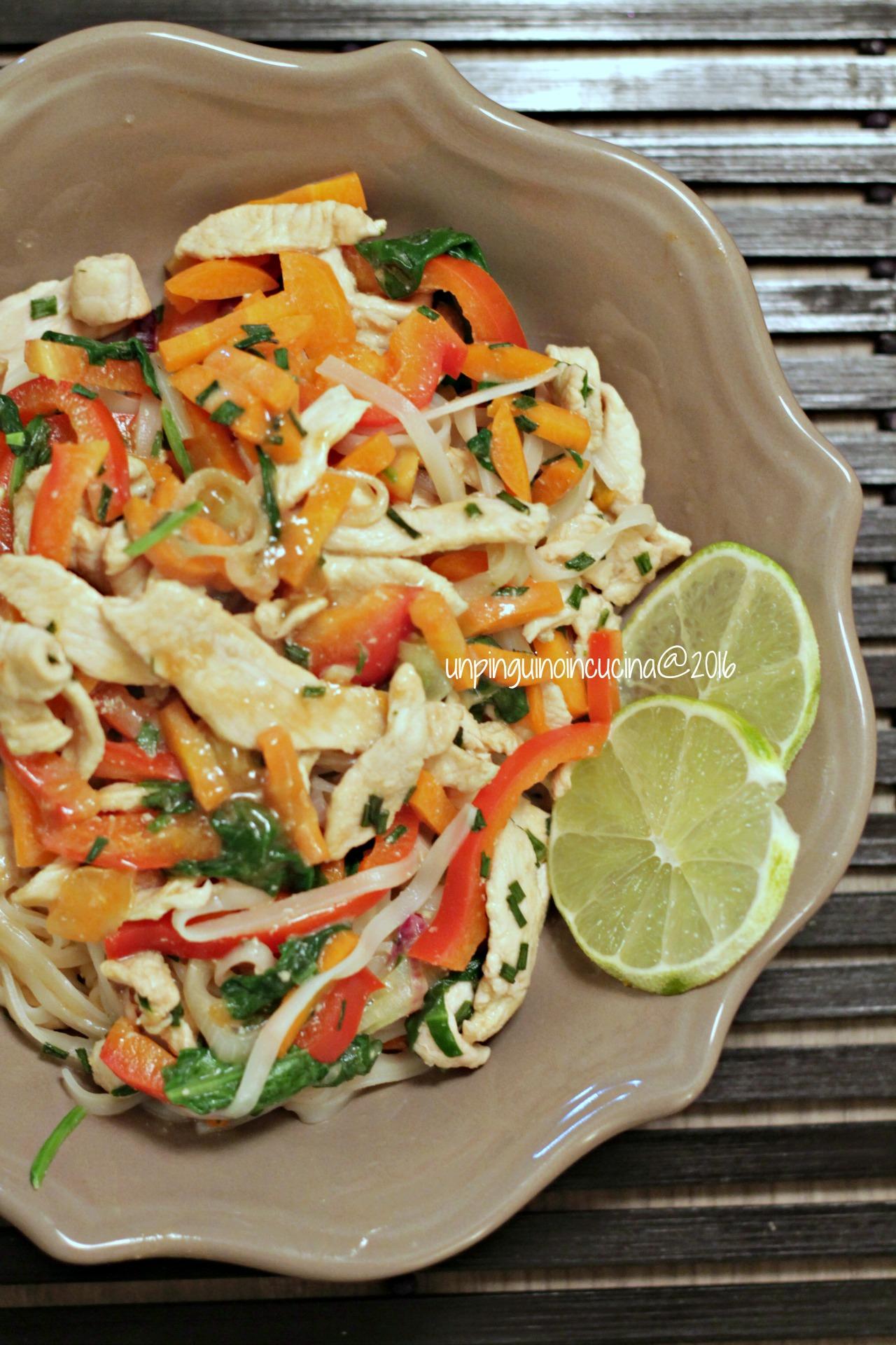 noodles-thai-con-pollo-e-salsa-al-burro-di-arachidi-e-lime