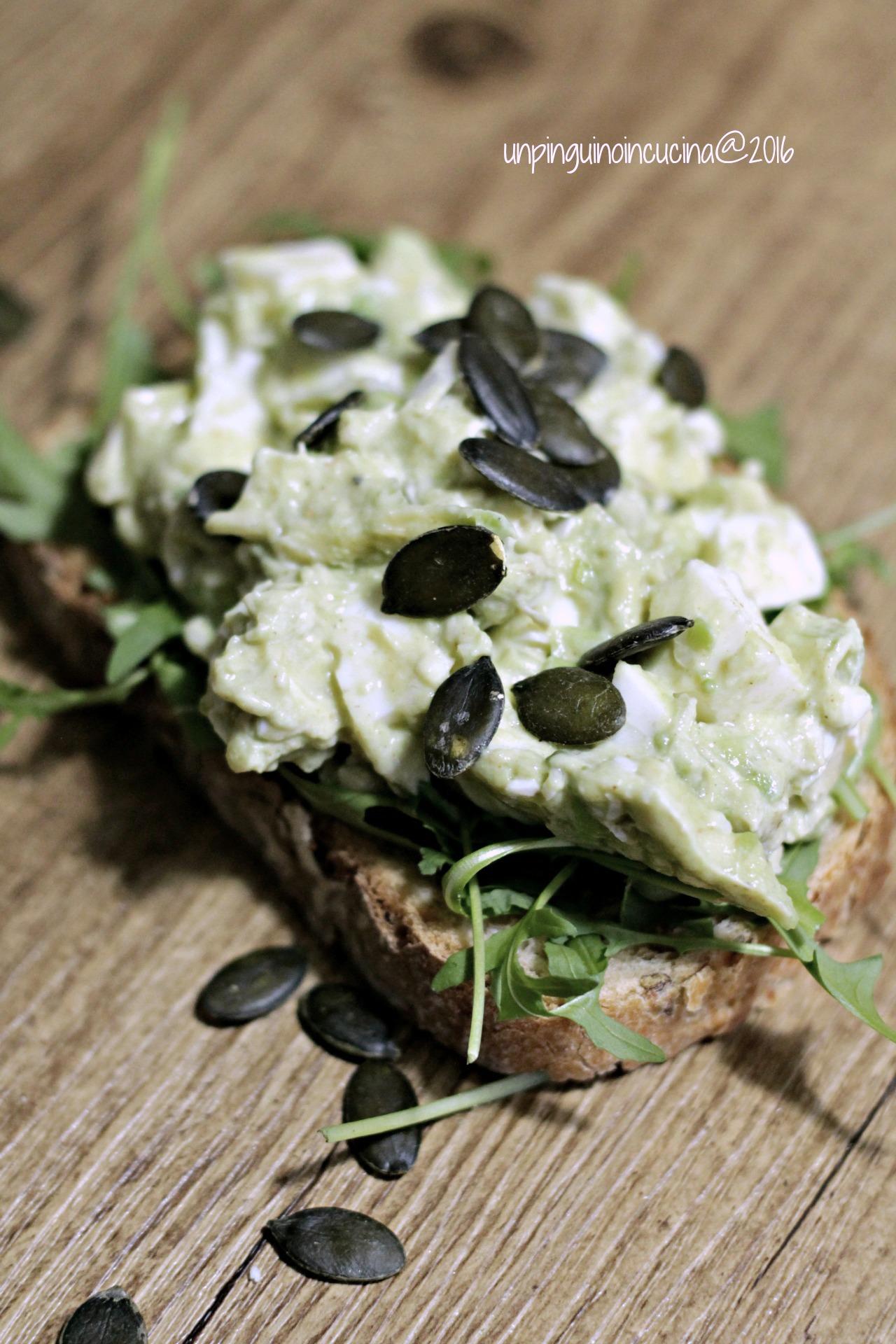 toast-con-insalata-di-avocado-e-albumi