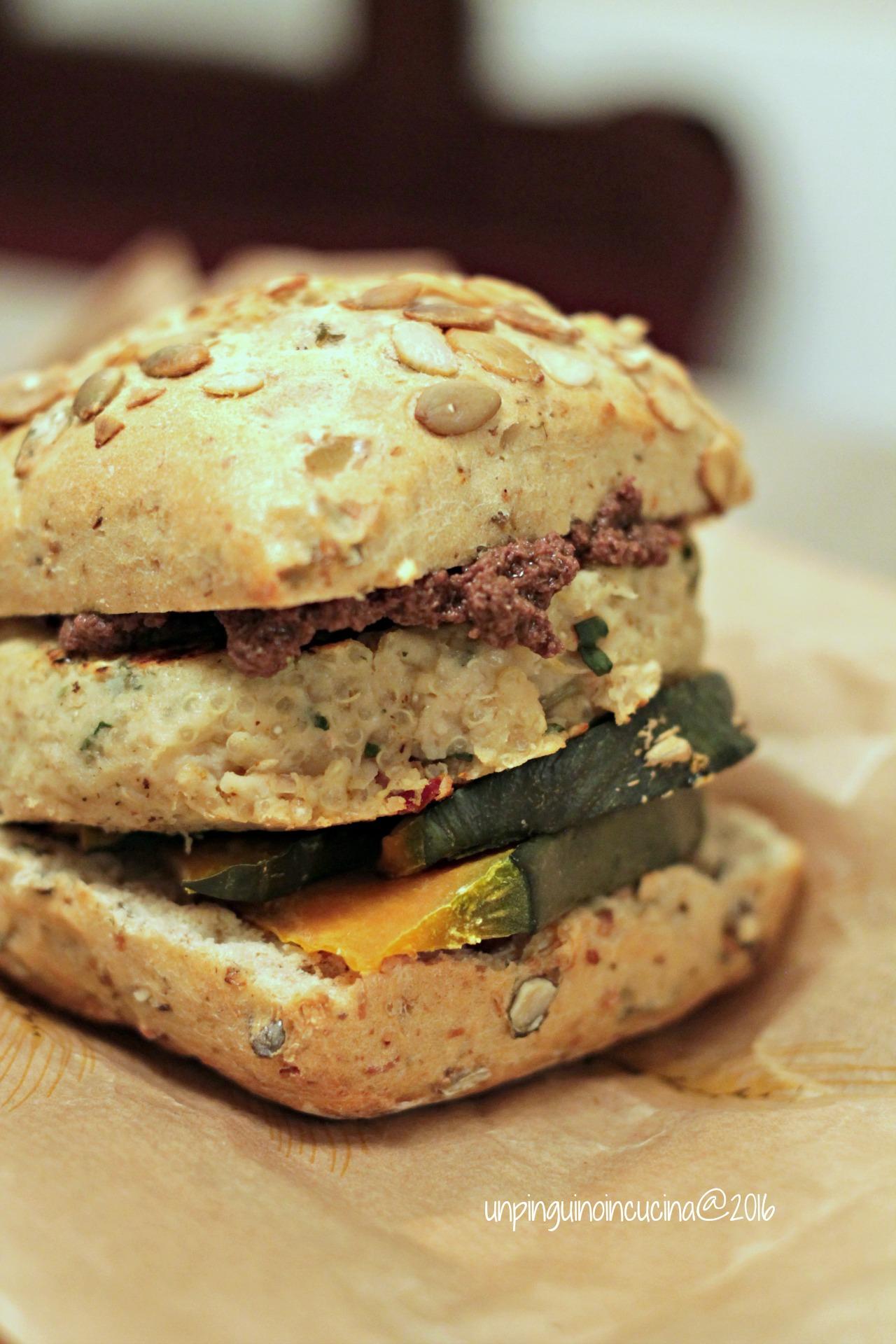 Comporre il panino disponendo la zucca sulla base del panino e spalmando il paté di olive all'interno della parte superiore. Adagiare il burger sulla zucca e coprire con l'altra metà di panino.