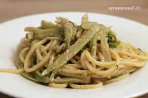 spaghetti-chitarra-con-puntarelle-acciughe-e-pesto-di-pistacchi