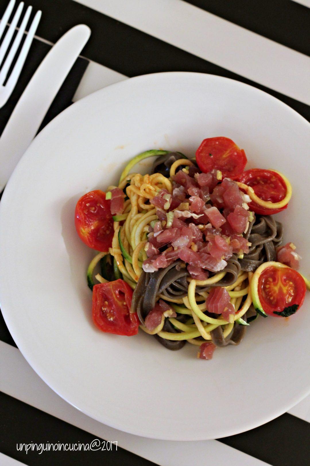 linguine-zoodles-con-tartare-di-tonno-e-pomodorini-caramellati
