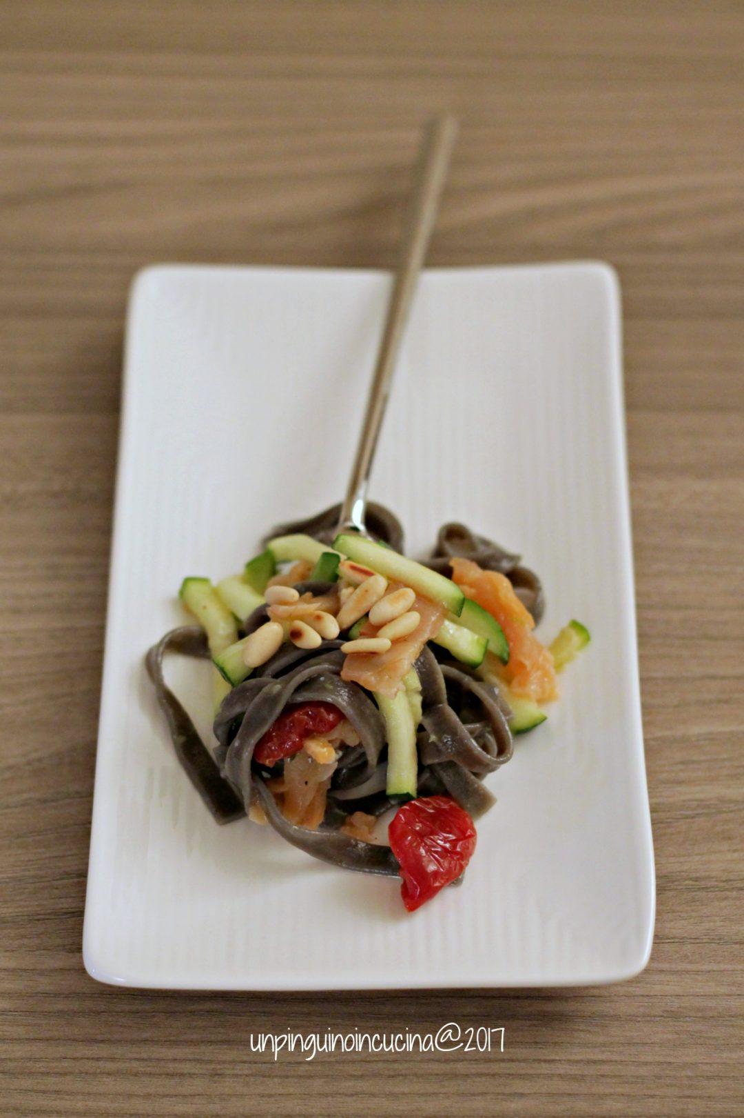 tagliatelle-nere-con-salmone-zucchine-al-lime-e-pinoli