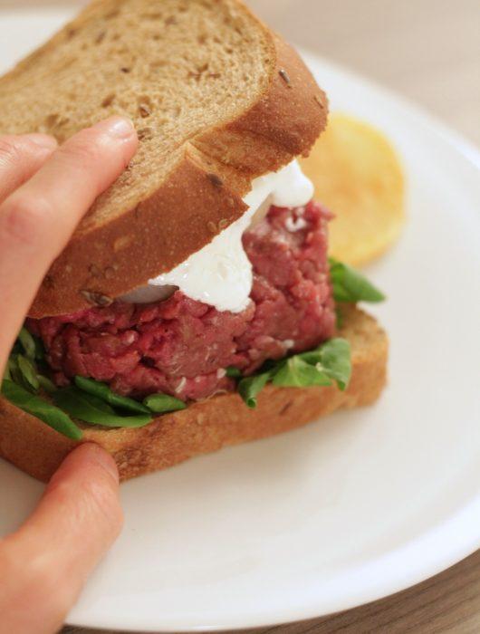 tartare-burger-di-cavallo-con-stracciatella-e-cipolline-agrodolci