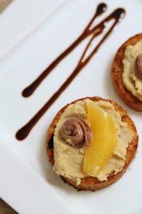 crostini-panettone-hummus-acciughe-e-arancia