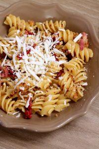 fusilloni-pancetta-mollica-fritta-e-peperoni-cruschi