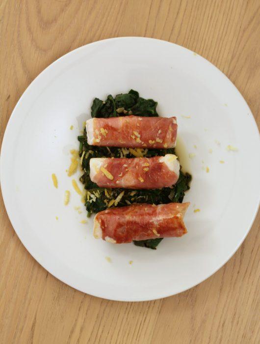 merluzzo-al-prosciutto-con-spinaci-al-limone-e-capperi