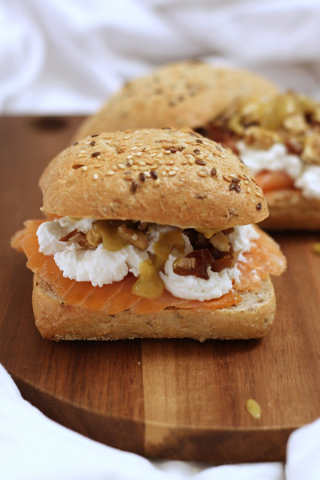 panino-salmone-ricotta-datteri-e-noci