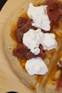 pizza-crema-di-zucca-tonno-affumicato-e-burrata