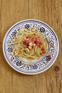 spaghetti-pesto-di-topinambur-speck-e-nocciole