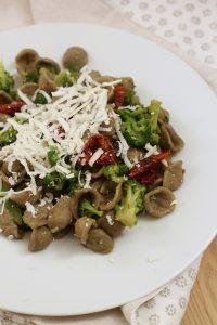 orecchiette-broccoli-e-pomodori-secchi