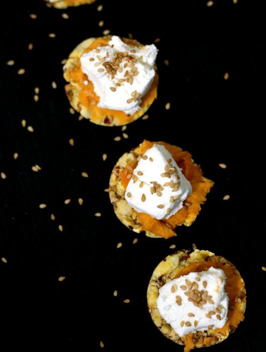 crostini-hummus-patata-americana-caprino-e-sesamo