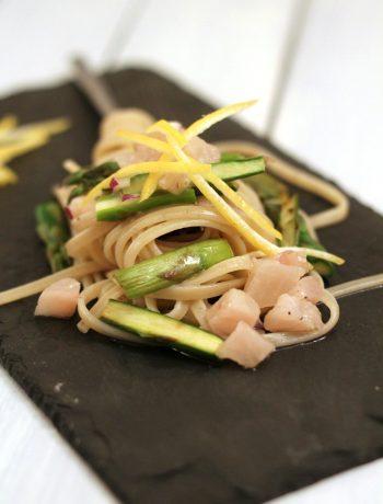 linguine-limone-e-pepe-con-asparagi-e-cernia-marinata