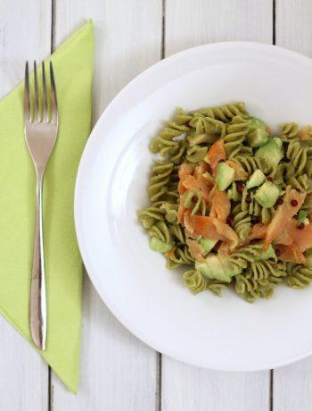 pasta-di-piselli-con-salmone-avocado-e-pepe-rosa