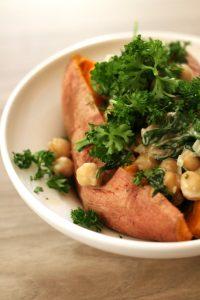 patata-americana-con-ceci-e-spinaci-al-cocco