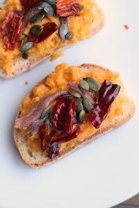 bruschette-hummus-carote-e-cipolle-con-peperone-crusco