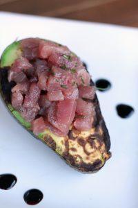 avocado-grigliato-ripieno-di-tartare-di-tonno