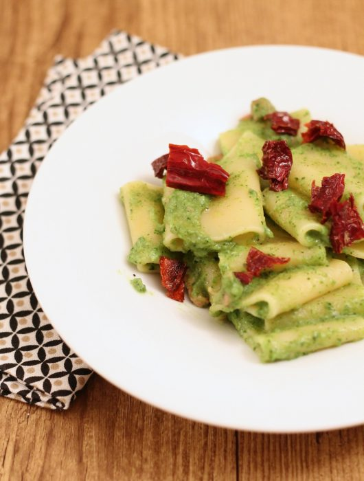 paccheri-pesto-di-zucchine-pancetta-e-peperoni-cruschi