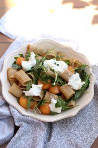 insalata-di-pasta-integrale-con-melone-stracciatella-olive-e-rucola