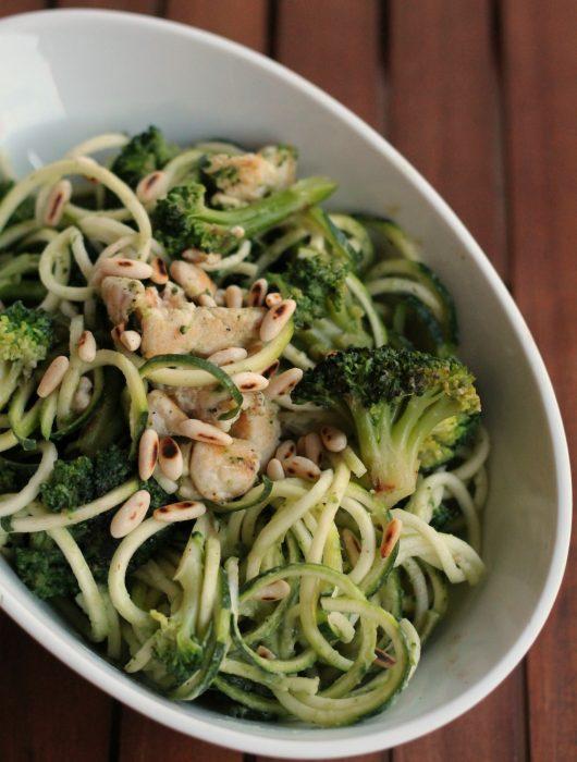 zoodles-pollo-broccoli-e-pinoli