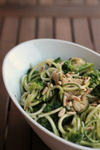 zoodles-pollo-broccoli-e-pinoli