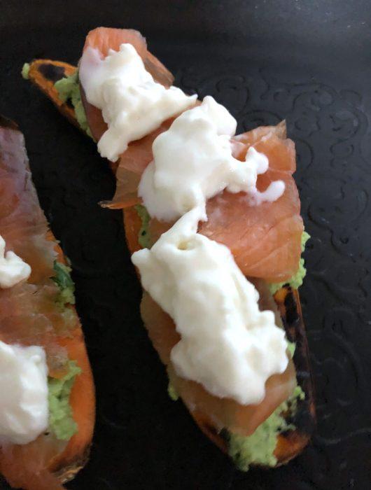 toast-patata-americana-edamame-salmone-e-creme-fraiche