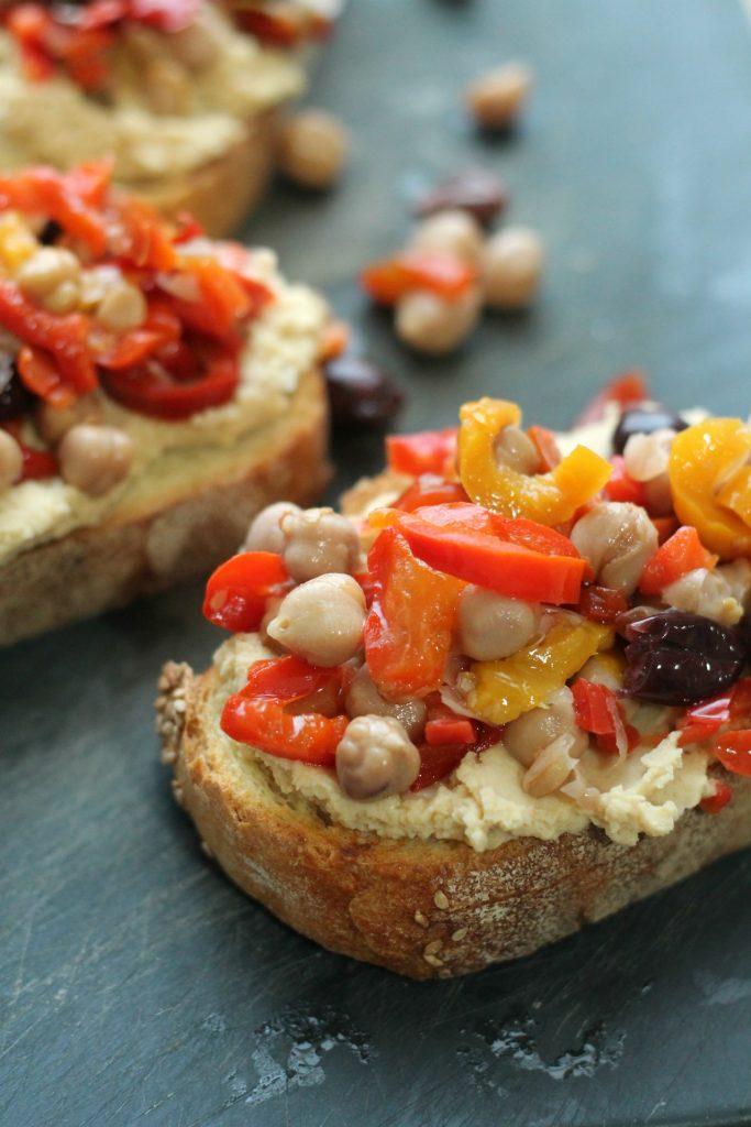 crostoni-hummus-e-verdure-sottolio