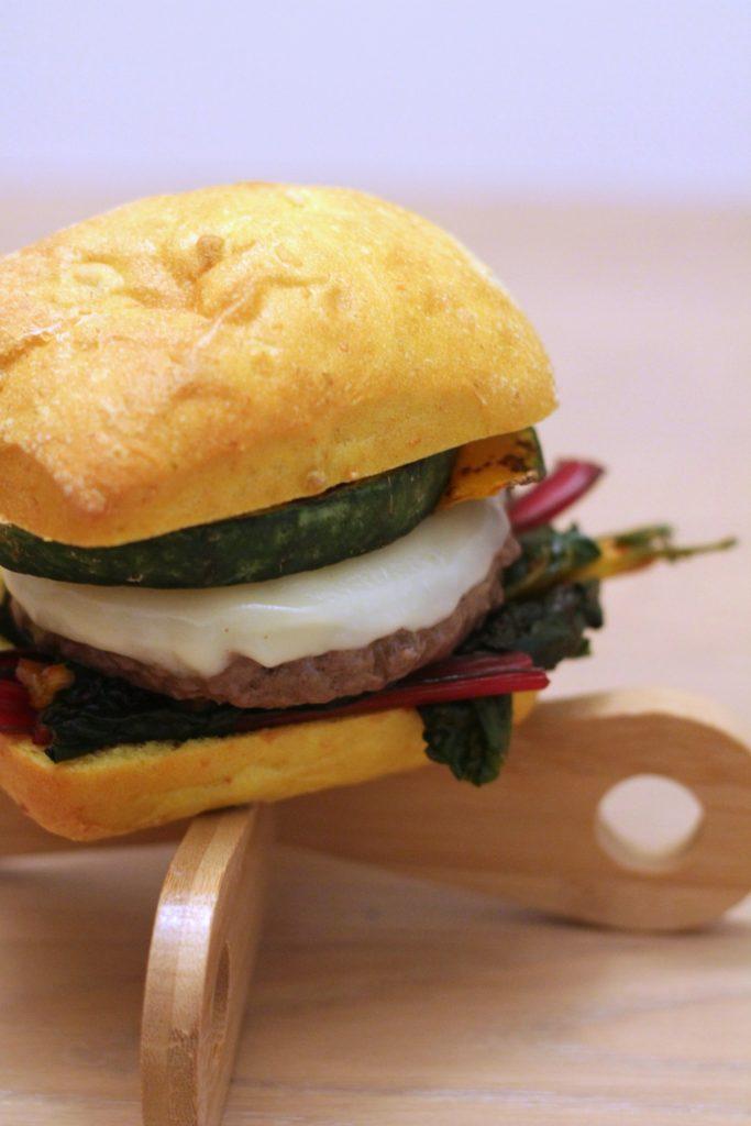 panini-alla-curcuma-con-burger-biete-zucca-e-provola-dolce