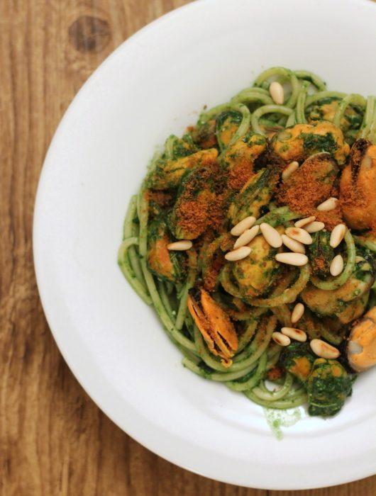 spaghettoni-pesto-di-cavolo-nero-cozze-e-bottarga
