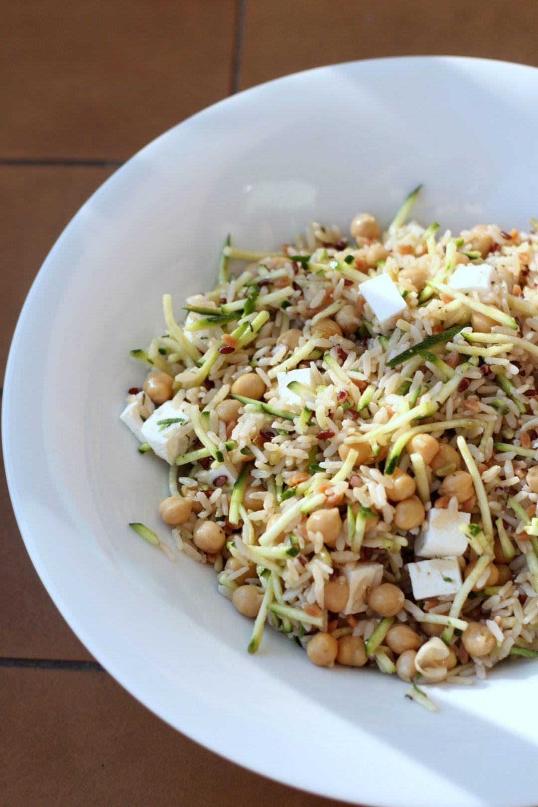 insalata-di-cereali-con-zucchine-ceci-e-primosale
