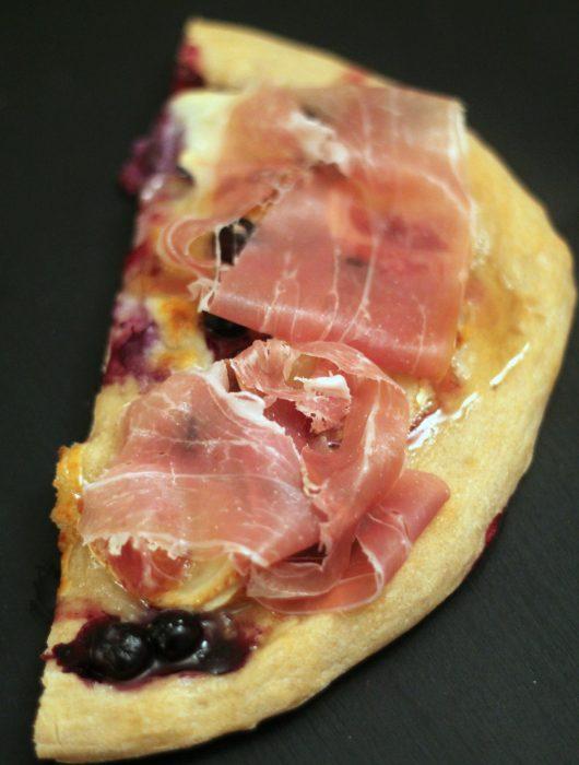 pizza-chèvre-mirtilli-miele-e-crudo-di-Parma