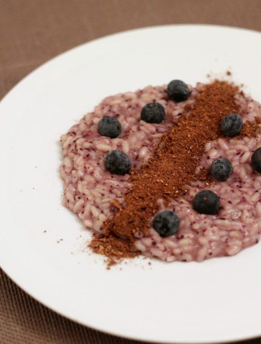 risotto-ai-mirtilli-con-polvere-di-porcini-e-cacao