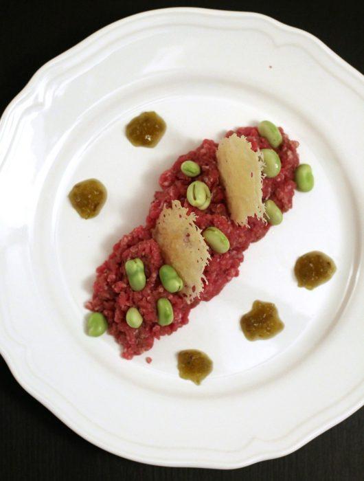 tartare-con-fave-pecorino-e-salsa-senapata-al-pomodoro-verde