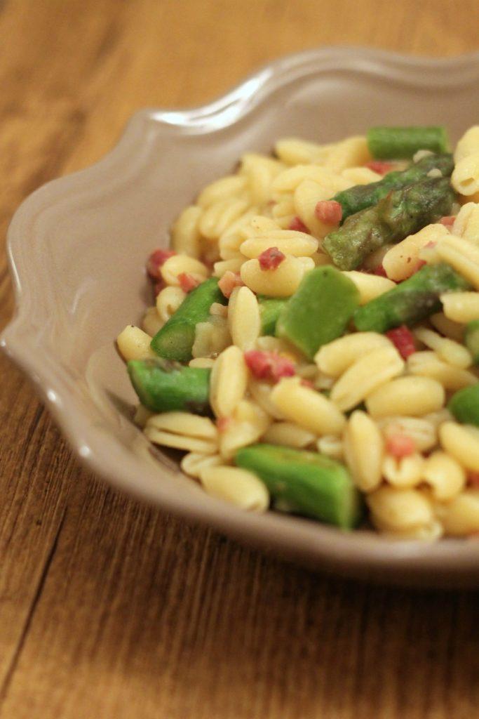 gnocchetti-sardi-crema-di-patate-asparagi-e-speck